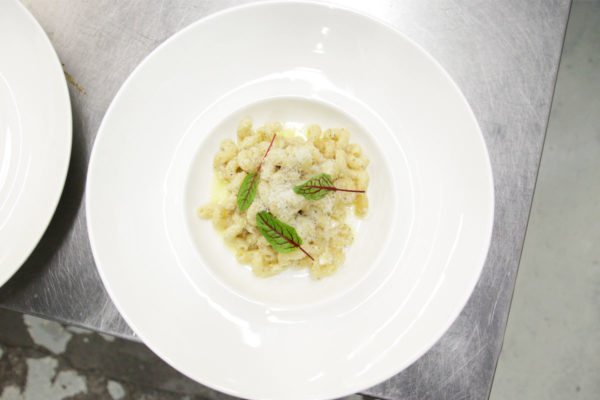 Panko crusted mac and cheese in a white bowl in Encore Catering meal delivery kitchen